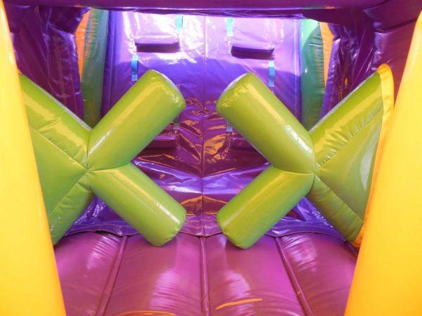 Parcours gonflable energy avec obstacles en forme de croix.