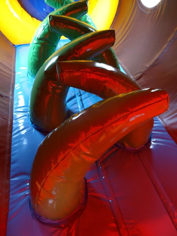 Parcours gonflable tunnel pirate avec jeux.