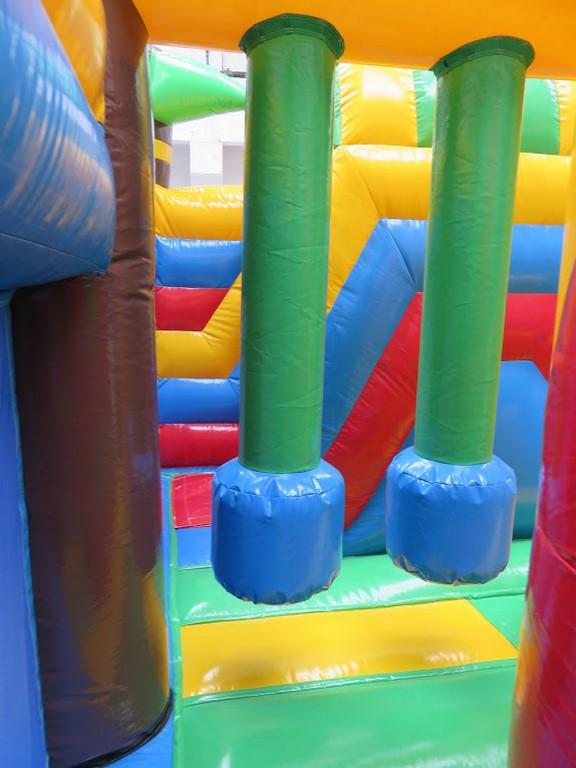 Destockage complexe gonflable singes avec jeux.